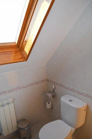 Hotel Pineiro: Baño habitación dos camas