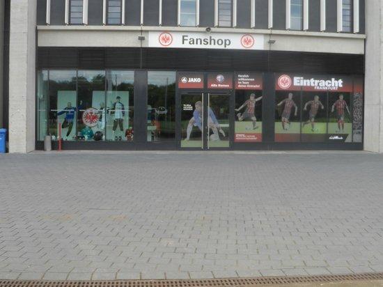 Commerzbank-Arena: L'esterno del negozio del club