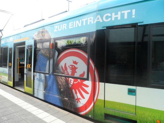 Commerzbank-Arena: Uno dei tram che portano allo stadio