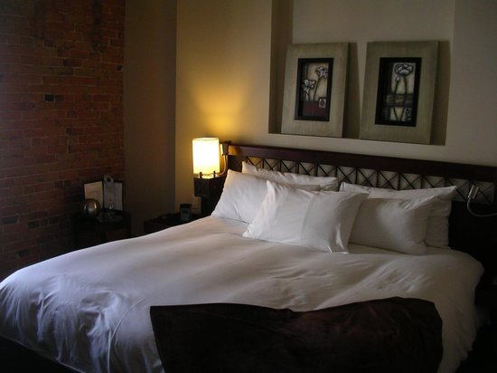 Hotel Nelligan: The big bed