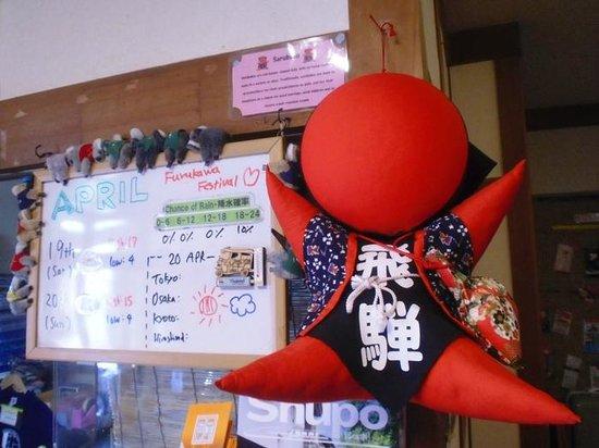 J-Hoppers Hida Takayama Guesthouse: Das lokale Maskottchen an der Rezeption mit der Wettervorhersage