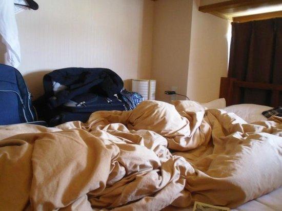 J-Hoppers Hida Takayama Guest House : Die Gepäckablage im Sechserzimmer