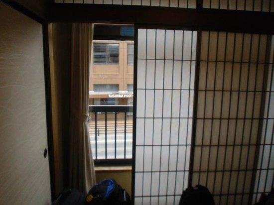 J-Hoppers Hida Takayama Guest House : Minibalkon im Doppelzimmer