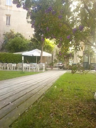 La Controra Hostel Naples: The lovely garden