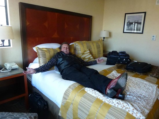 Paramount Hotel: Enjoying the king size bed