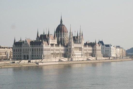 Carlton Hotel Budapest: Парламент прекрасен всегда!