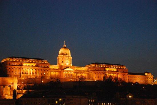 Carlton Hotel Budapest: Будайская гора ночью