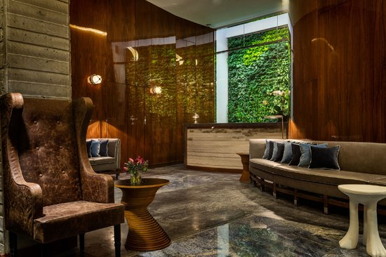 Hotel Hugo: Lobby, Front Desk and Green Wall