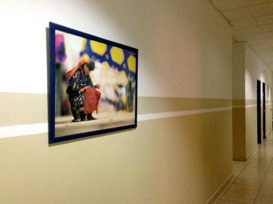 Hotel Residencial Cervantes: Decoración de pasillo habitaciones