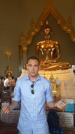 Temple of the Golden Buddha (Wat Traimit): myself in front of the buddha