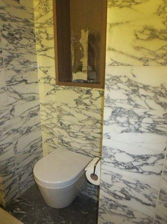 Belgraves, a Thompson Hotel: bathroom