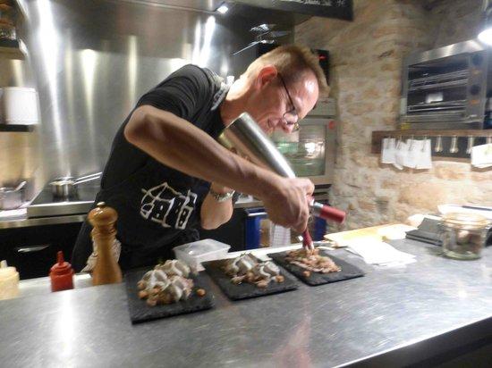 Maison du Colombier: Le Chef en action (un peu flou... sorry !)