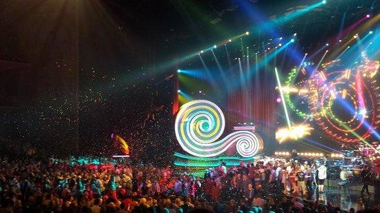 Elton John - The Million Dollar Piano: People got to go onstage!
