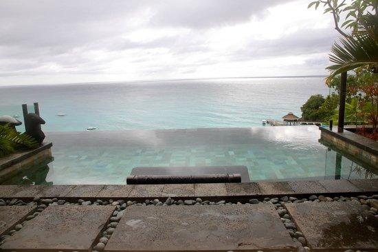 Shangri-La's Boracay Resort & Spa : Infinity pool overlooking infinisea