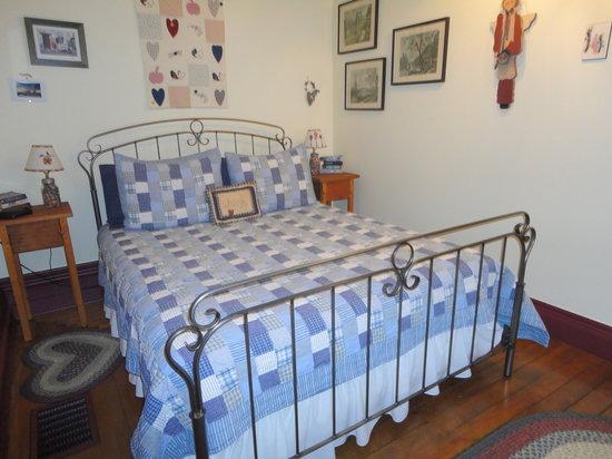 1826 Maplebird House Bed & Breakfast : Room 1 Queen room with ensuite bathroom