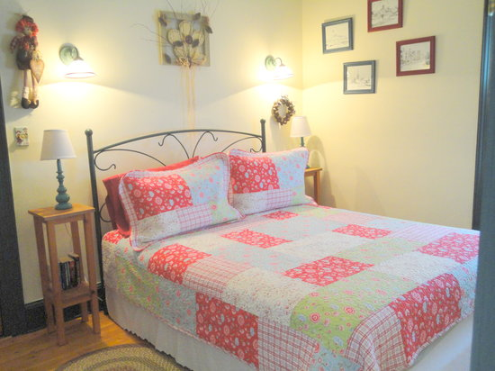 1826 Maplebird House Bed & Breakfast : Room 2 Queen room with ensuite bathroom