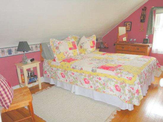 1826 Maplebird House Bed & Breakfast : Room 4 Queen room with ensuite bathroom