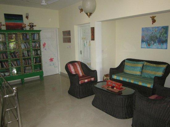 Bella Art & Meditation House: Aufenthaltsraum (mit großem Bücherregal) vor den Zimmern