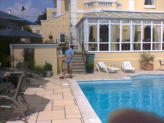 Riviera Lodge Hotel Torquay: The wonderful, relaxing pool and garden area - bliss!