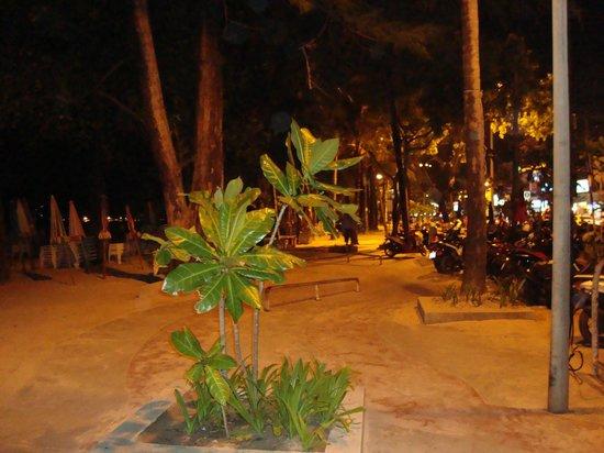 Palmyra Patong Resort: The walk between the beach