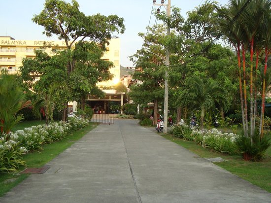 Palmyra Patong Resort: Out to the Rat-U-Thit Rd. from the hotel