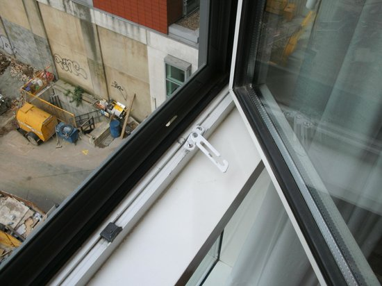 Park Plaza London Riverbank : Dangerous window catch and part of building site next door