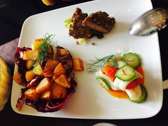 Al Solito Posto - Bacoli: tonno in crosta di pistacchi, polpo fritto con patate e pesce bandiera su crema di zucca