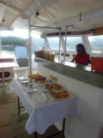 Catchasam Catamaran Charter : Le petit déjeuner à l'arrivée sur le bateau