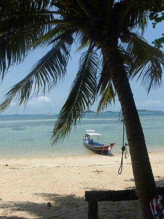 Catchasam Catamaran Charter : Sur la plage de Koh Tan : le long tail boat et au loin, le Catchasam