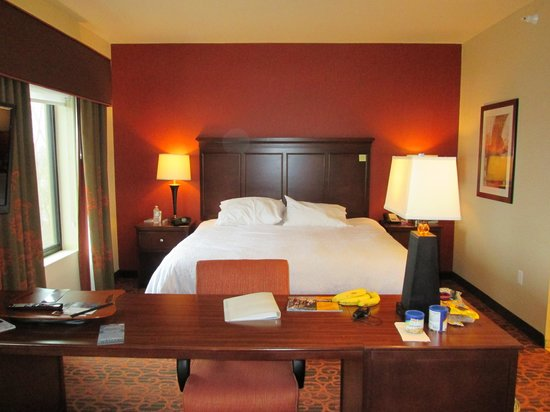 Hampton Inn & Suites Grand Forks: Comfy king bed with 2 end tables