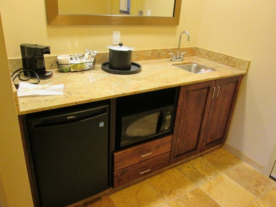 Hampton Inn & Suites Grand Forks: Fridge but no freezer/Microwave/Bar Sink/coffee maker single cup at a time