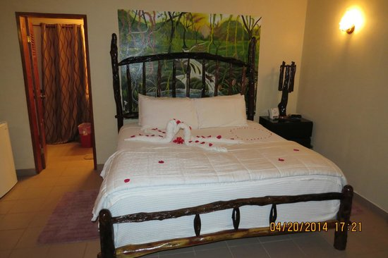 Black Orchid Resort: Cute - flowers strewn on the bed