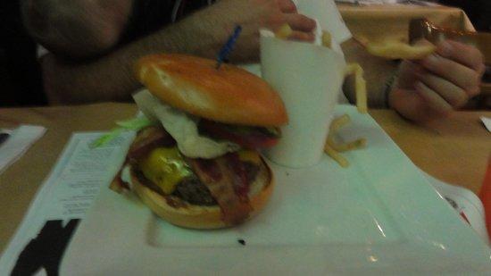 Planet Hollywood: hamburguesa con papas