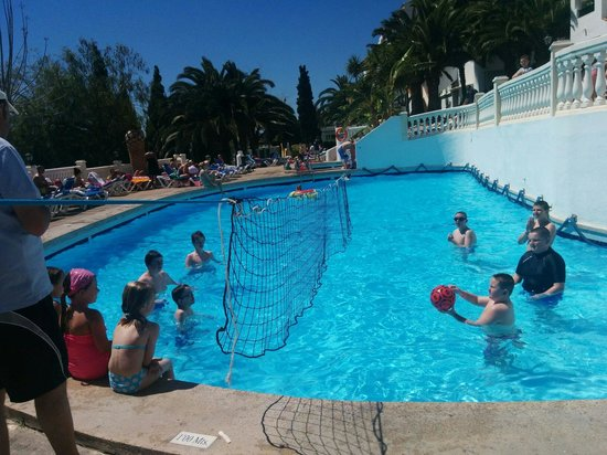 Aparthotel Holiday Center: James, Cory, Caleb and Riley playing water volleyball. Part of the hotel afternoon games