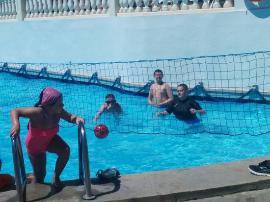 Aparthotel Holiday Center: Volleyball in the pool