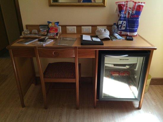 Windsor Florida Hotel : Desk & mini bar