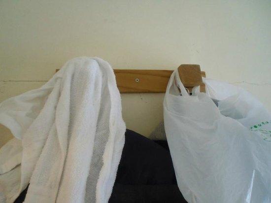YADOYA Guesthouse for Backpackers: Das Ninjazimmer (4,75 qm) - die einzigen zwei Haken im Zimmer
