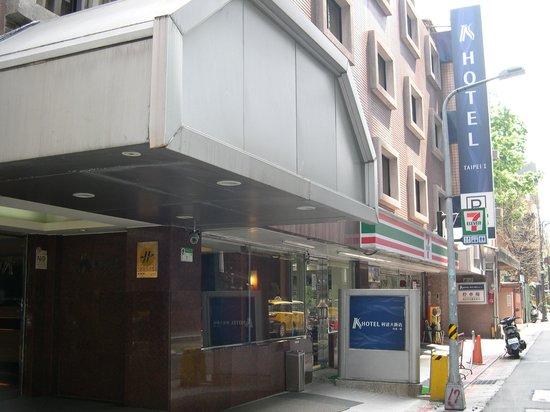 K Hotel (Taipei I): 玄関とコンビニ