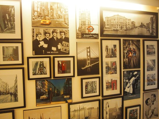 Crossroads Hotel : Picture wall in lounge