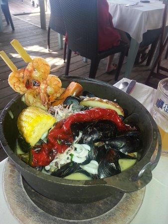 """Manta Ray: """"чёрная кастрюлька""""  с морепродуктами"""