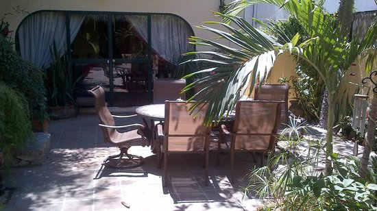 Casa Tuscany Inn : Breakfast in the courtyard
