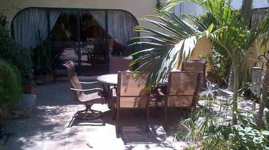 Casa Tuscany Inn: Breakfast in the courtyard