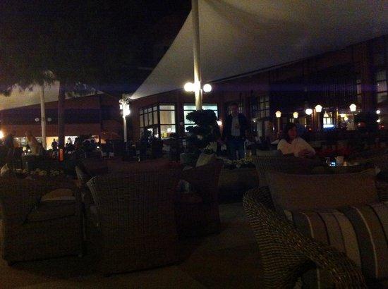Renaissance Antalya Beach Resort & Spa: Terrasse extérieure et vue sur le restaurant au fond