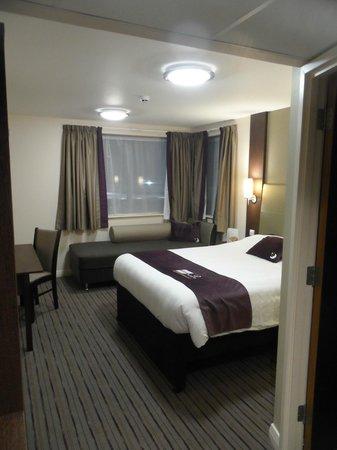 Premier Inn Trowbridge Hotel: Room