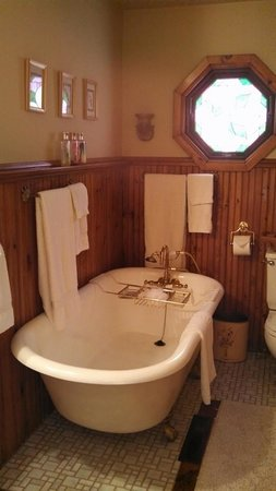 Bellaire Bed and Breakfast: Luxurious soaks in here