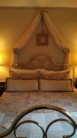 Bellaire Bed and Breakfast: Queen for a Day in this Bed