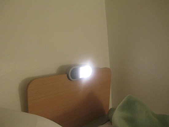 Ibis Budget Marne la Vallee: Lampe défectueuse