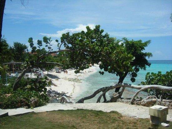 Paradisus Rio de Oro Resort & Spa: Hotel steps to beach