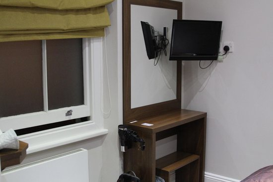 "London House Hotel : TV & ""desk"""