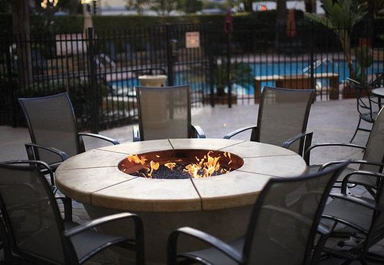 Marriott Riverside at the Convention Center: Outdoor Fire Pit